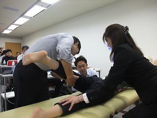 後遺障害の可動域を検査する実習の様子